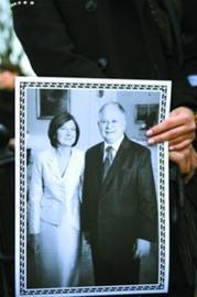 一名学生手持总统夫妇的照片
