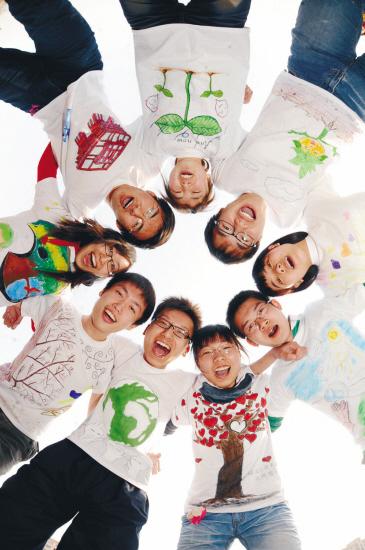 大学生手绘t恤倡导低碳生活(图)