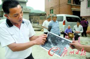 该村村民向记者介绍垃圾焚烧厂选址地点的位置。