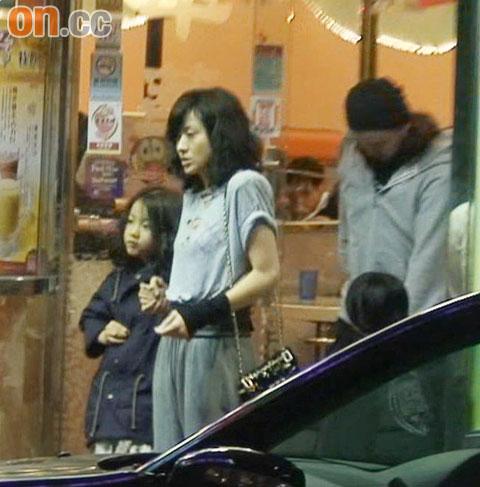 徐濠萦带同女儿康堤,前往铜锣湾一间茶餐厅进餐