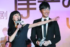 剧中陈意涵(左)将暗恋胡歌