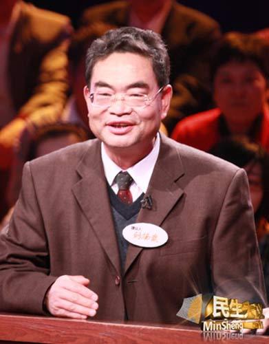 老记者刘杨武站在云南卫视《民生大议》的提议台上   (云南卫视供图)