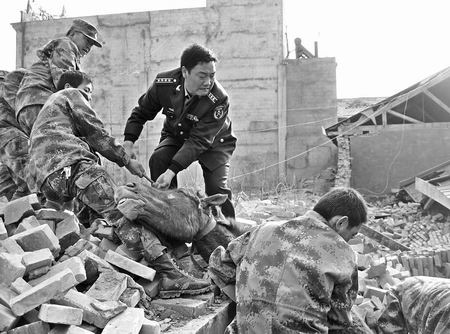 部队官兵在抢救群众财产
