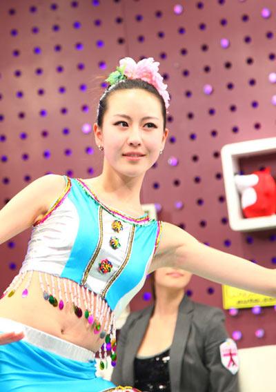 17岁的美女小车模 张紫炜表演傣族舞 保时捷车模