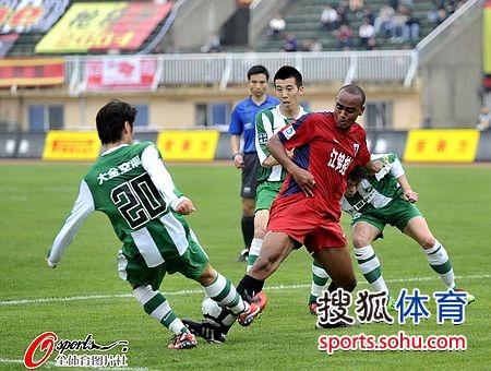 图文:[中超]南昌3-2杭州 南昌球员陷入绿城重围