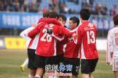图文:[中超]辽宁3-3青岛 菲利普和队友庆祝