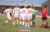 图文:[中超]辽宁3-3青岛 青岛围攻裁判