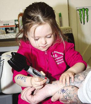 年仅3岁的露比想做世界最小文身师