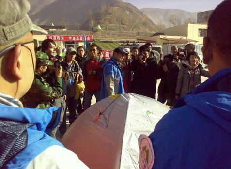 4月17日救援队接受媒体采访