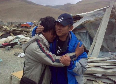 4月17日李先生与孤儿院工作人员相拥