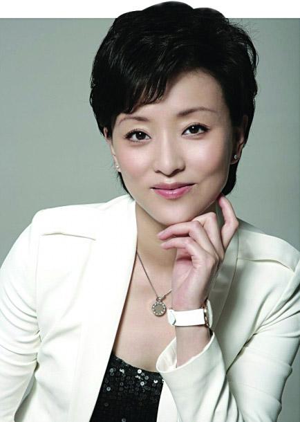 """杨澜:国内著名资深电视节目主持人。曾主持《正大综艺》、《杨澜访谈录》等电视栏目。曾被评选为""""亚洲二十位社会与文化领袖""""、""""能推动中国前进、重塑中国形象的十二位代表人物""""、""""《中国妇女》时代人物"""",目前担任阳光媒体集团主席。"""