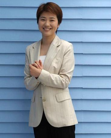 张丹丹:湖南卫视目前拥有最强的女主持人团体,搞笑无厘头的有谢娜、知性温柔的有杨乐乐、睿智大气的有张丹丹,均已深入人心。而她们主持的《快乐大本营》、《勇往直前》、《背后的故事》等节目,收视率均排名靠前。