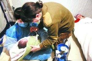 孩子出生。本报特派记者 甘南 摄