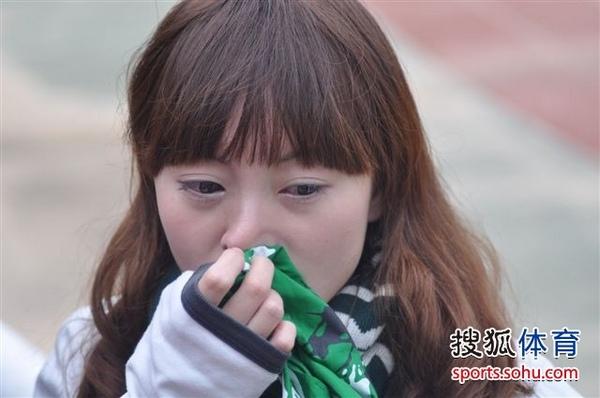美女球迷伤心落泪