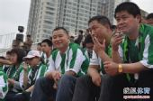 图文:[中超]南昌3-2杭州 铁杆球迷看球