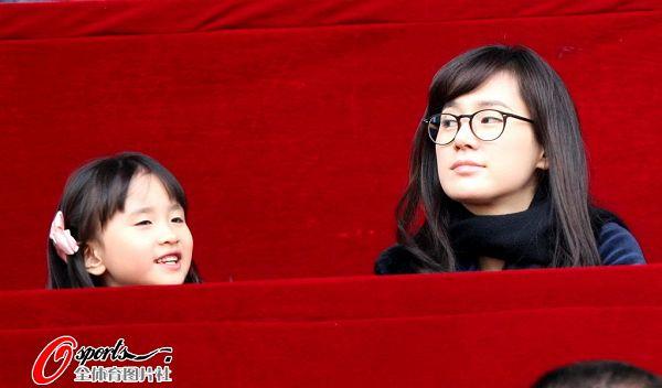 安贞焕妻子携女观战(查看更多)