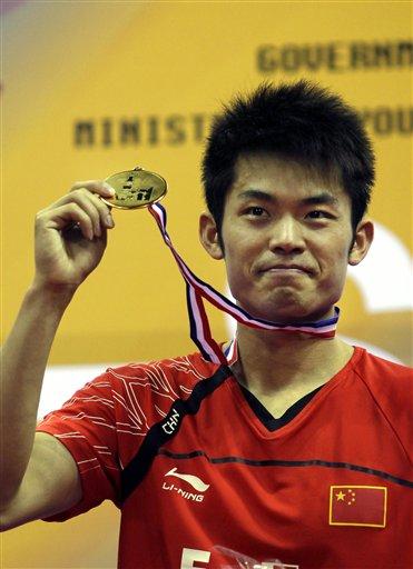 图文:羽毛球亚锦赛决赛赛况 林丹展示金牌