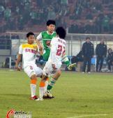 图文:[中超]北京1-0陕西 祝一帆迎球怒射