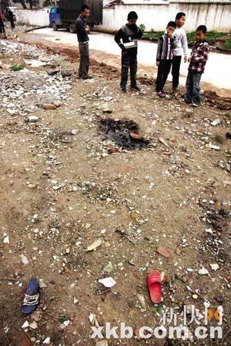 ■事发现场留下几名小学生被烧过的衣服鞋物。