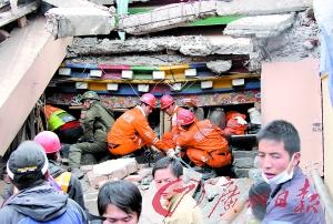 昨日,救援人员继续在废墟中搜索幸存者。 新华社发