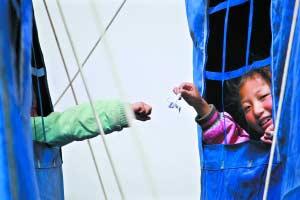 玉树怀德儿童福利院,女孩们在帐篷间传递千纸鹤、手链等,互相打气鼓励。