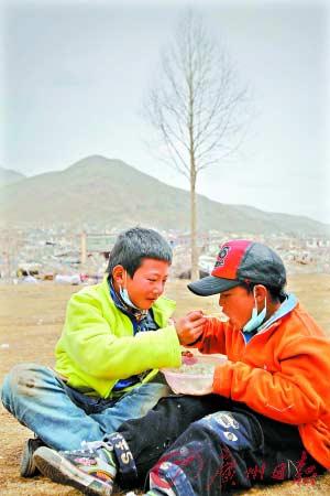 福利院孩子们通常是两个人同吃一碗饭,这样互相喂饭的友爱场景经常可见。