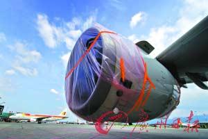 为了防止火山灰尘危害飞机发动机,发动机口用塑料包裹起来。