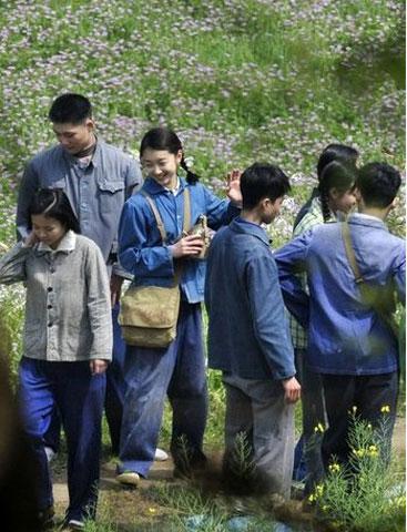 第一场知青进乡戏拍摄结束,女一号(右)和年轻演员们合影留念后打招呼离开
