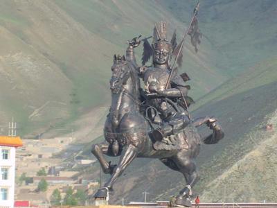 """""""只要格萨尔王的铜像不倒,只要加呐玛尼还在,只要朋措达杰山不移,玉树就还在!"""""""