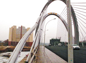延吉天池大桥北侧桥头靠东侧,一根斜拉索明显变形 本报记者 李志刚 摄