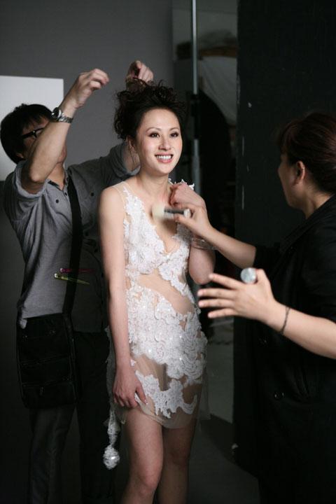 除了半裸造型外,江欣燕还穿着透视装晒收身成果