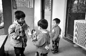 刚到救助站的三胞胎一点也不怕生,很快与其他小朋友玩在一起。昨日下午,民政局将她们送到救助站。本报记者 杨小嘉 摄