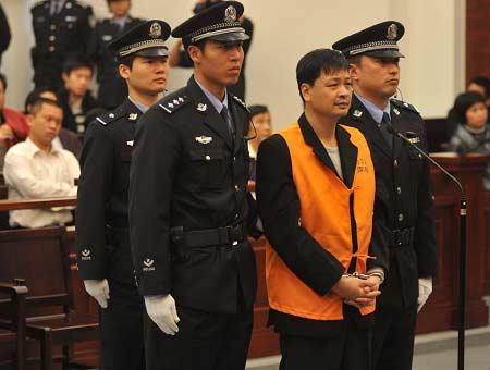 身穿031号马甲的郑民生被带上法庭。