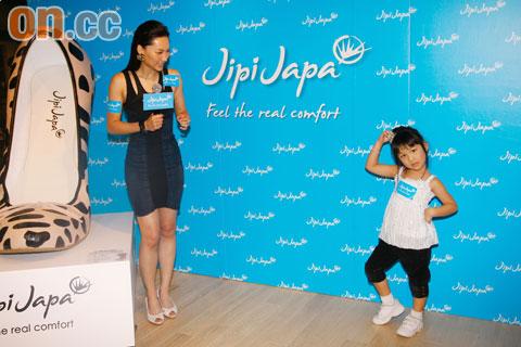 子珊看到小女孩学她跳舞笑得很开心
