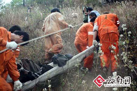 驻华坪县武警中队、消防大队、矿山救护队、公安干警正在施救现场
