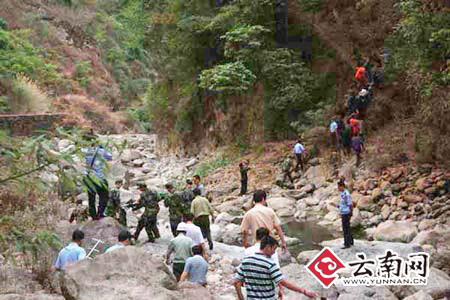 驻华坪县武警中队、消防大队、矿山救护队、公安干警正在现场实施救援