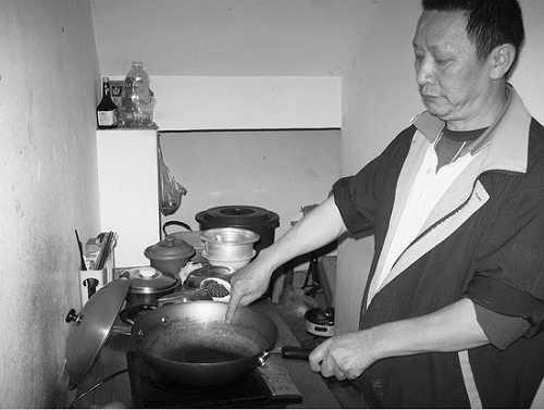 老余在这个锅里煮面条,发现被下了药
