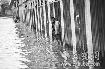 商铺被淹,店主无奈 记者严斯林摄