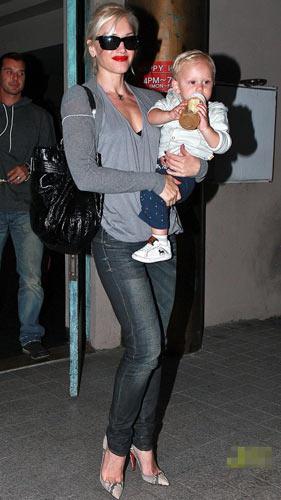 为人父母:格温-斯蒂芬妮抱着小儿子