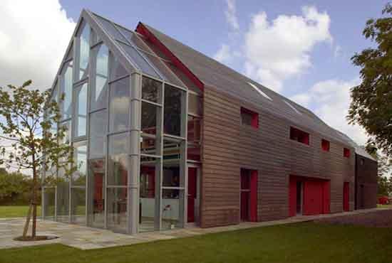 钢结构经久耐用又可回收循环,因此近年来常被环保建筑师用作屋顶.