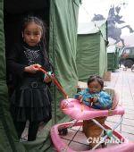 组图:玉树地震灾区坚强乐观的孩子们