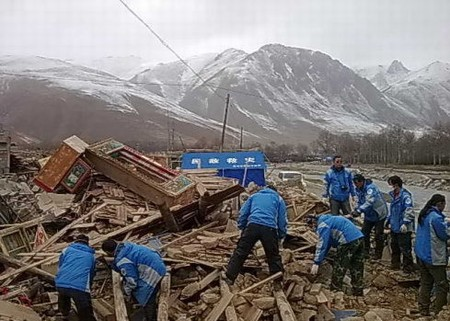 4月22日雪地抢救废墟中的物资