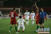 图文:[中超]河南VS北京 裁判出示黄牌