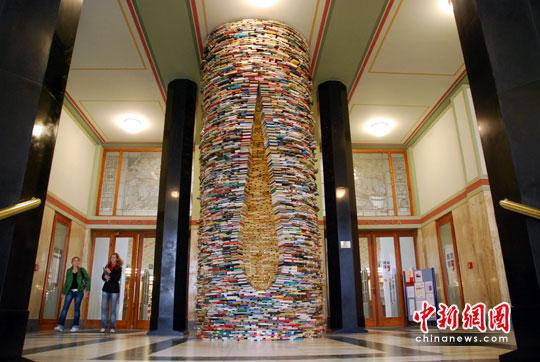 """布拉格""""书井""""雕塑和巴士图书馆"""