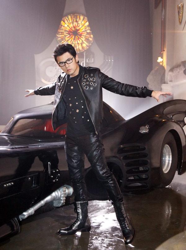 周杰伦拍摄新歌MV《超人不会飞》,首度与蝙蝠车合体