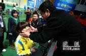 图文:射击世界杯花絮 王义夫抚摸爱徒脸蛋