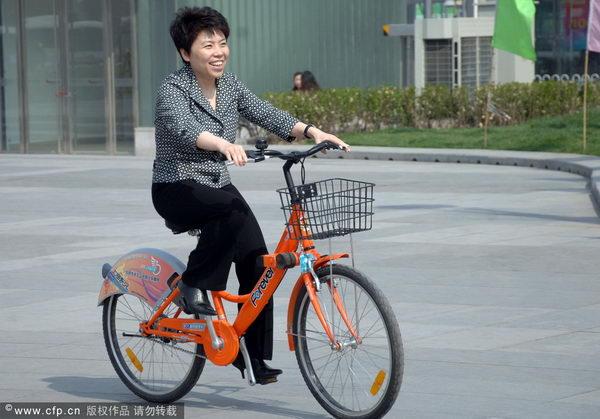 邓亚萍轻松骑车