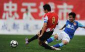 图文:[中甲]成都0-0广州 冯俊彦铲断李钢