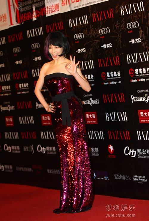 图:2010芭莎慈善夜 徐若�u亮相红毯