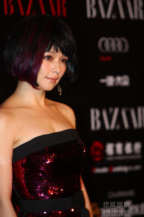 图:2010芭莎慈善夜 徐若�u造型出位